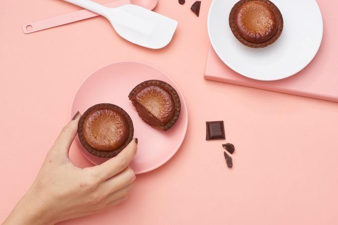 ジャケ買い必至💘ベイク×ダンデライオン・チョコレート「焼きたてチョコレートチーズタルト」発売👏🏻✨