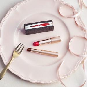 """伝説の""""恋カラー""""復刻&オペラ初のブラウンリップ💄1月23日(木)「オペラ」からバレンタインの限定色を全2色発売!苺とチョコレートに重ねた、「リップティント N」「シアーリップカラー RN」の恋の色。"""